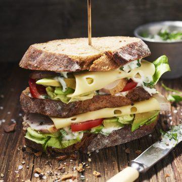 Club sandwich avokádóval, füstölt csirkemellel és fűszernövényes majonézzel